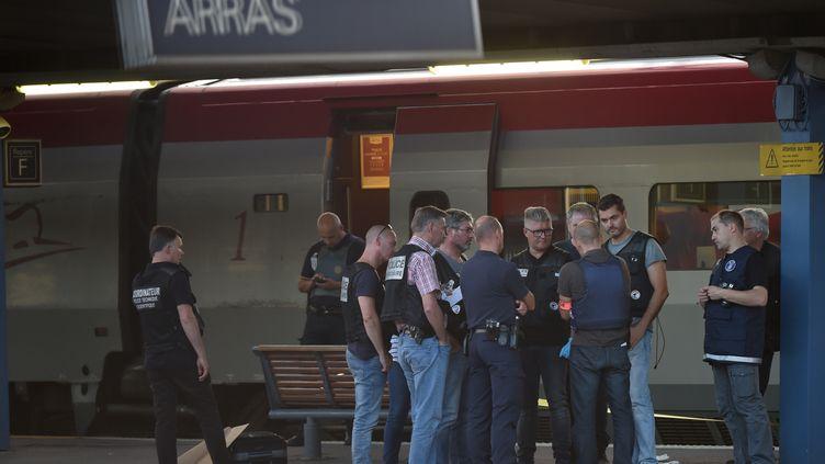 La police à proximité du Thalys arrêté en gare d'Arras après qu'un homme a ouvert le feu à bord, le 21 août 2015. (PHILIPPE HUGUEN / AFP)