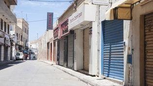 Une vue des magasins fermés après la mise en œuvre de mesures de quarantaine à Sousse, le 5 juillet 2021. (MAHER JAIDANE / ANADOLU AGENCY)