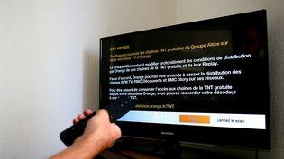 Orange met en garde ses abonnés sur une possible disparition des chaînes d'Altice BFMTV, RMC et RMC Story via un message sur ses box, le4 septembre 2019. (NICOLAS GUYONNET / HANS LUCAS / AFP)