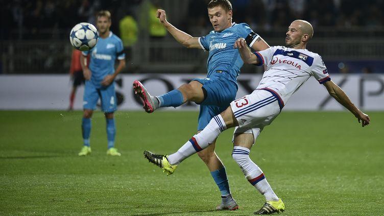 Le défenseur de l'OL Christophe Jallet (à droite) et le milieu de terrain du Zénith Saint-Pétersbourg Oleg Shatov lors du match de Ligue des champions au stade de Gerland, à Lyon, le 4 novembre 2015. (JEFF PACHOUD / AFP)