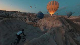 Dans un décor naturel somptueux au cœur de la Turquie, en Cappadoce, le vététiste Kilian Bron filme ses performances sportives et artistiques (CAPTURE ECRAN FRANCE 2)