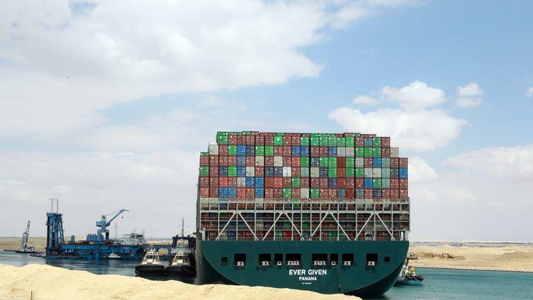 Le porte-conteneurs Ever Given échoué dans le canal de Suez depuis le 23 mars 2021. (KHALED ELFIQI / EPA)