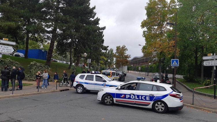 Les abords du collège Pierre et Marie Curie, aux Lilas en Seine-Saint-Denis, où un adolescent a été poignardé à mort vendredi 4 octobre 2019. (HAJERA MOHAMMAD / FRANCE-BLEU PARIS)