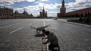 La Place Rouge à Moscou complètement vide le 1er mai 2020. Les célébrations de la fête du travail ont été annulées. (YURI KADOBNOV / AFP)