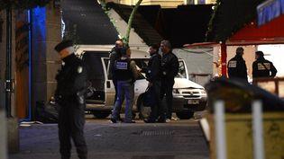 Des policiers enquêtent sur les lieux de l'attaque à la camionnette sur le marché de Noël de Nantes (Loire-Atlantique), le 22 décembre 2014. (MAXPPP)