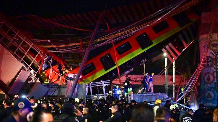 Au Mexique, un pont s'est effondré à Mexico, dans la nuit du 3 au 4 mai 2021. (PEDRO PARDO / AFP)