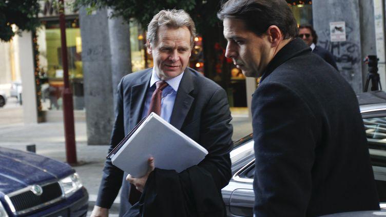 Poul Thomsen (à gauche), le chef de mission du FMI en Grèce, le 12 décembre 2011, à Athènes (Grèce). (YIORGOS KARAHALIS / REUTERS)