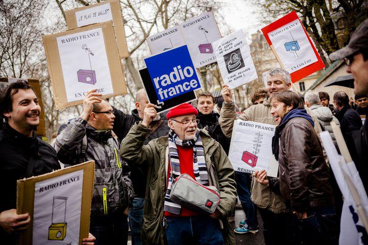 Des salariés grévistes de Radio France manifestent près de Matignon à Paris, le 2 avril 2015. (CITIZENSIDE / AURÉLIEN MORISSARD / AFP)