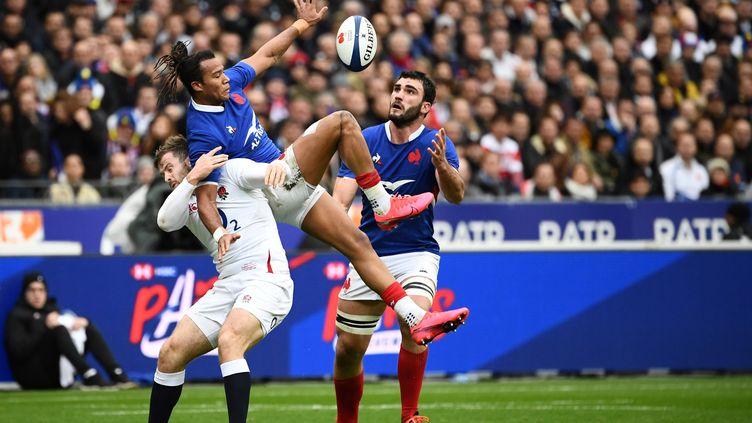 Le Français Teddy Thomasau duel face à l'ailier Elliot Daly, le 2 février 2020, lors du match France-Angleterre, au stade de France, à Saint-Denis. (FRANCK FIFE / AFP)