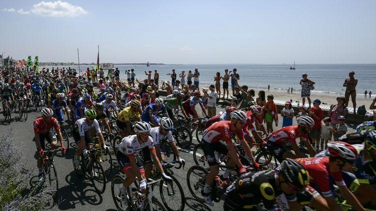 Le peloton du Tour de France 2018 s'élance au départ de La Baule (Loire-Atlantique), le 10 juillet 2018. L'arrivée est à Sarzeau (Morbihan). (PHILIPPE LOPEZ / AFP)