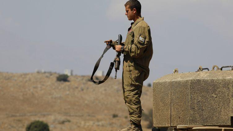 Un soldat israélien pendant un exercice dans le Golan annexé, près de la frontière avec la Syrie, le 3 août 2020. (JALAA MAREY / AFP)