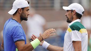 Matteo Berrettini, vainqueur, serre la main du Français Jérémy Chardy lors du premier tour de l'US Open à New York, le 31 août. (SARAH STIER / GETTY IMAGES NORTH AMERICA)