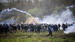 Des zadistes affrontent des gendarmes à Notre-Dame-des-Landes (Loire-Atlantique), le 15 avril 2018. (DAMIEN MEYER / AFP)