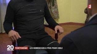 Capture d'écran montrant un homosexueltchétchène qui a été obligé de fuir son domicile. L'homme a été filméà Moscou (Russie) en avril 2017. (FRANCE 2)
