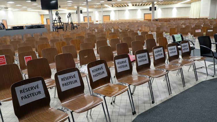 L'intérieur de l'église évangéliquede la Porte ouverte chrétienne située dans le quartier de Bourtzwiller à Mulhouse (Haut-Rhin) où plusieurs personnes ont été contaminées par le coronavirus lors d'un rassemblement religieux de plusieurs milliers de personnes du 17 au 24 février 2020. (THIERRY GACHON / MAXPPP)