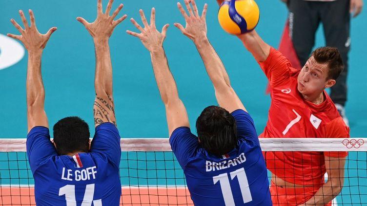 Dmitry Volkov à l'attaque face aux Français Nicolas le Goff et Antoine Brizard, lors de la finale olympique à Tokyo, le 7 août 2021. (JUNG YEON-JE / AFP)