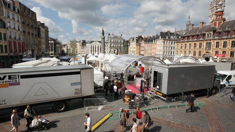 Préparatifs de la braderie de Lille place de l'Opéra le 30 août 2013. ( MAXPPP)