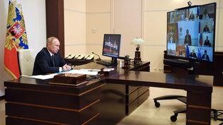 Le président russe, Vladimir Poutine,lors d'une visioconférence avec les membres du gouvernement depuis sa résidence officielle de Novo-Ogaryovo, le 11 août 2020. (ALEXEY NIKOLSKY / SPUTNIK / AFP)