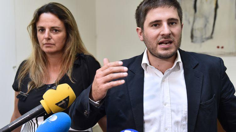 L'avocat Charles Joseph-Oudin (à droite) et Marine Martin, la lanceuse d'alerte qui a révélé le scandale de la Dépakine. (BERTRAND GUAY / AFP)