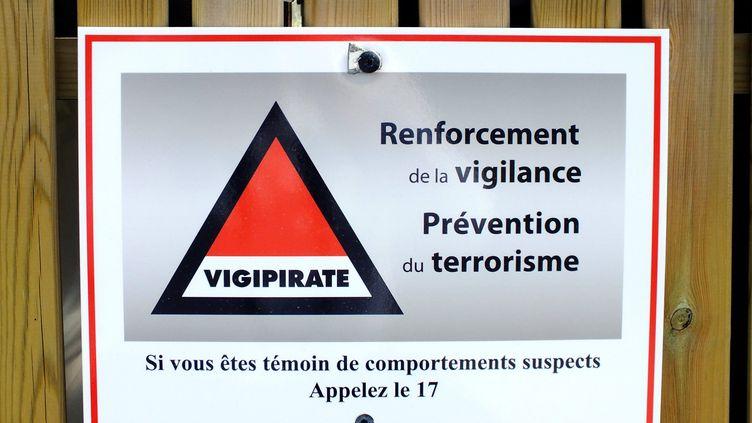 Signalétique du Plan Vigipirate de lutte contre le terrorisme, en mai 2018. (GÉRARD HOUIN / MAXPPP)