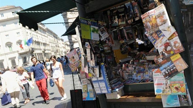 """Un kiosque à journaux, vendredi 9 juillet à Rome, """"journée du silence"""" dans les médias (AFP - Alberto Pizzoli)"""