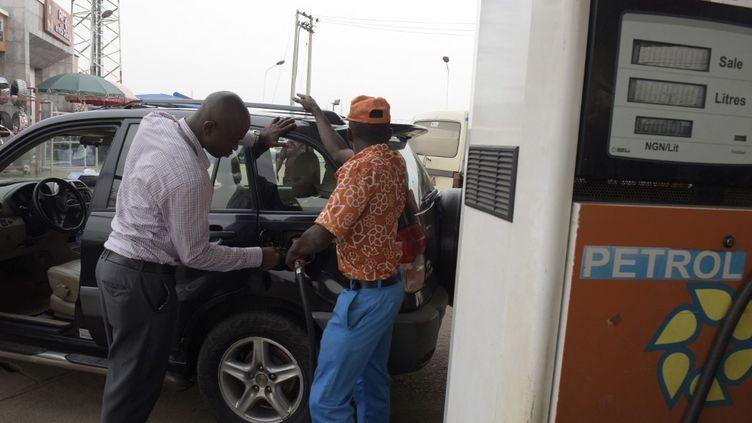 Déjà en 2016, le président Buhari avait supprimé la subvention sur l'essence au Nigeria, avant de discrètement la rétablir. (PIUS UTOMI EKPEI / AFP)