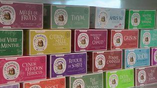 Les confinements successifs nous ont encouragés à boire davantage de tisanes, peut-être pour s'apaiser. Le 12/13 raconte la recette du succès d'une entreprise réputée de Haute-Savoie. (France 2)
