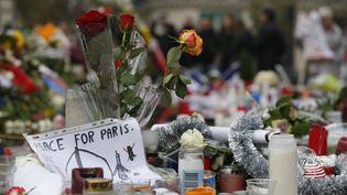 Des bougies et des drapeaux déposés en hommages aux victimes des attentats de Paris, place de la République, le 27 novembre 2015. (THOMAS SAMSON / AFP)