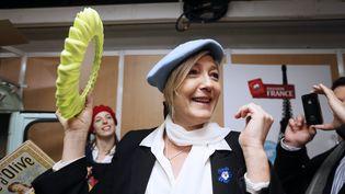 Marine Le Pen essaie un béret au Salon du Made in France, à Paris, le 10 novembre 2012. (KENZO TRIBOUILLARD / AFP)