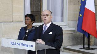 Ericka Bareigts, ministre des Outre-mer, et Bernard Cazeneuve, Premier ministre, le 27 mars, à Matignon. (JACQUES DEMARTHON / AFP)