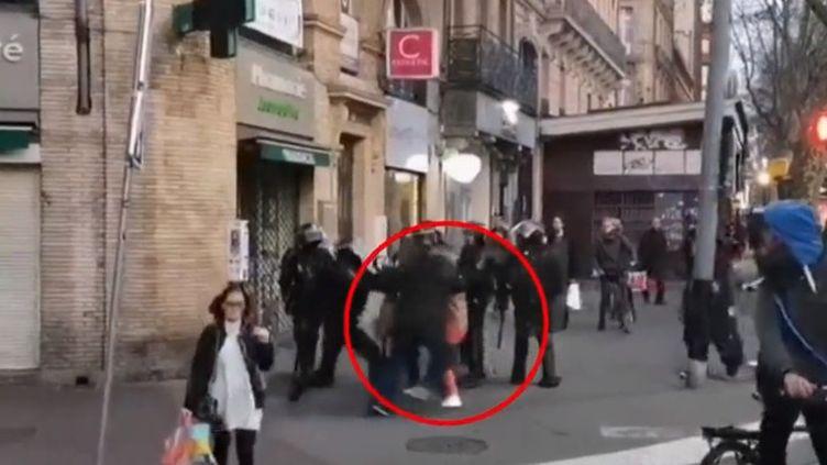 Sur une vidéo enregistrée samedi 2 mars à Toulouse (Haute-Garonne), un couple se fait violenter par un CRS. (FRANCE 2)