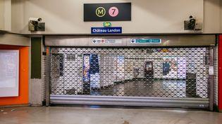 L'accès à la ligne 7, à la station Château-Landon, est fermé en raison de la grève contre la réforme des retraites, le 29 décembre 2019, à Paris. (MATHIEU MENARD / HANS LUCAS / AFP)
