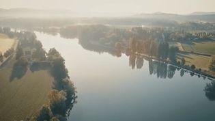 Le Rhin est l'espace économique le plus dynamique d'Europe, mais pas seulement.C'est également un fleuve industriel, romantique et touristique. France 2 a décidé de le parcourir en rencontrant ceux qui y passent leur vie. (FRANCE 2)