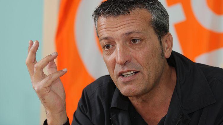 Le syndicaliste Edouard Martin répond aux questions des journalistes, le 25 juin 2013 à Florange (Moselle). (MAXPPP)