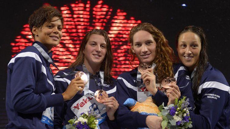 Les filles du relais sur le podium (FABRICE COFFRINI / AFP)