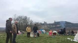Une dizaine d'opposants au projet du contournement de Beynac ont investi le terrain départemental. (Caroline Pomès / Radio France)