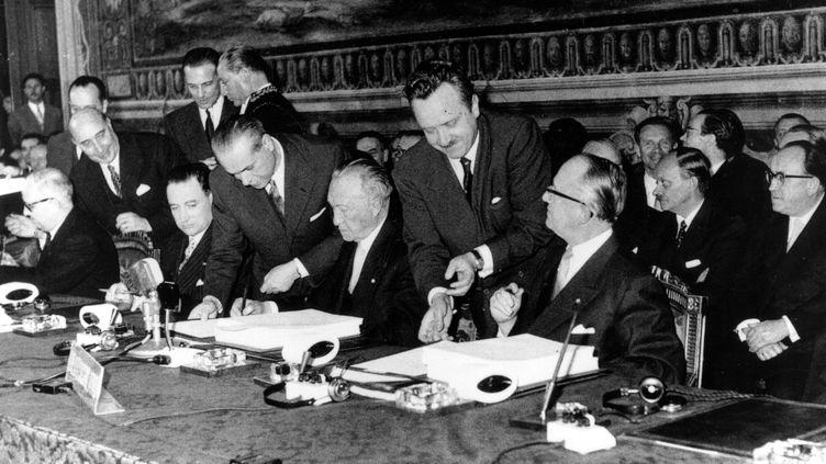 La délégation allemande signe le traité de Rome. La délégation allemande comprend le secrétaire d'État aux Affaires étrangères, Walter Hallstein (avec des lunettes) et Konrad Adenauer. (Illustration) (KEYSTONE / HULTON ARCHIVE VIA GETTY IMAGES)