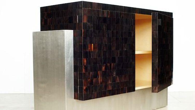 Cabinet en corne et étain créé par Jallu Ebénistes  (photo Rudy Burbant)
