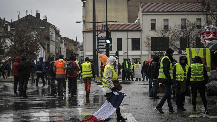 """Des """"gilets jaunes"""" participent à la mobilisation organisée le 2 février à Valence. (JEAN-PHILIPPE KSIAZEK / AFP)"""