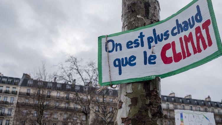 Une pancarte accrochée sur un arbre de laplace de la République, à Paris, le 27 janvier 2019. (BENJAMIN FILARSKI / HANS LUCAS)