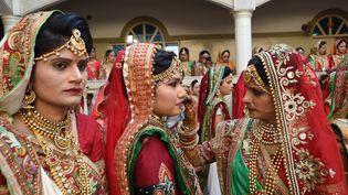 Des femmes se préparent pour un mariage àAhmedabad (Inde), le 24 décembre 2017. (SAM PANTHAKY / AFP)