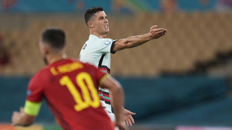 La star de la sélection du Portugal, Cristiano Ronaldo, mécontent lors du huitième de finale de l'Euro 2021 contre la Belgique d'Eden Hazard, le 27 juin 2021 à Seville. (THANASSIS STAVRAKIS / POOL / AFP)