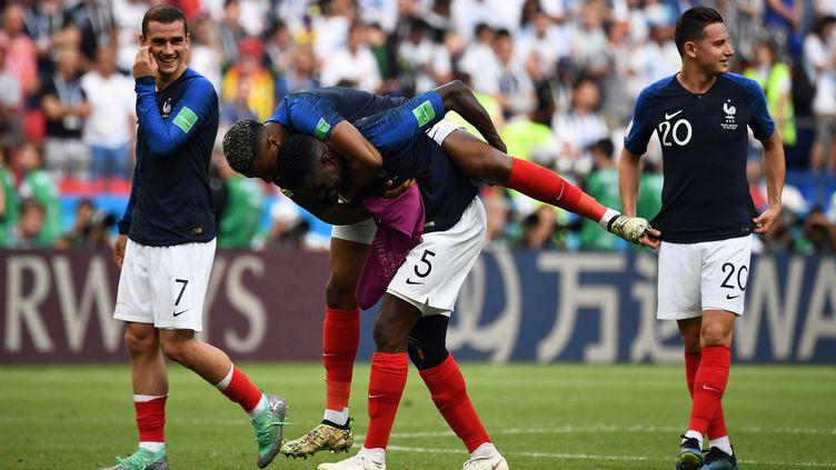 La joie des joueurs de l'équipe de France, Antoine Griezmann, Samuel Umtiti, Presnel Kimpembe et Florian Thauvin après la victoire contre l'Argentine, samedi 30 juin 2018. (FRANCK FIFE / AFP)
