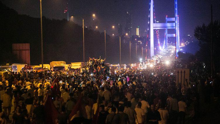 Des Turcs défilent lors du coup d'Etat manqué, le 15 juillet 2016. (GURCAN OZTURK / AFP)