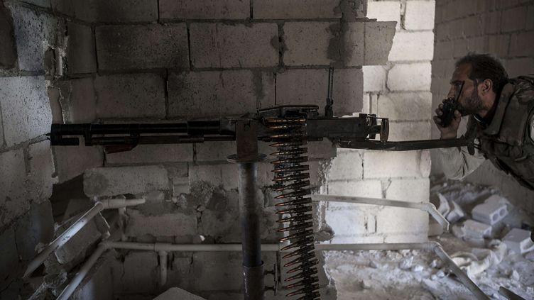 Un membre de l'opposition à Bachar Al-Assad cherche sa cible à Maraat Al-Nouman dans la province d'idlib en Syrie, le 8 octobre 2013. ( AP / SIPA )