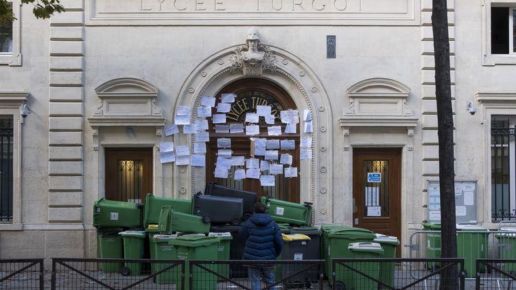 Des élèves ont tenté de bloquer le lycée Turgot, Paris, le 3novembre 2020. (NICOLAS PORTNOI / HANS LUCAS / AFP)