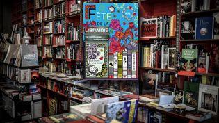 Librairie Les Abbesses à Paris et affiche de la fête de la librairie indépendante 2021 (STEPHANE DE SAKUTIN / AFP)