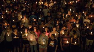 Des habitants de Charlottesville (Virginie) se réunissent sur le parvis de l'université de la ville à l'occasion d'une veillée aux chandelles, mercredi 16 août 2017. (SAMUEL CORUM / ANADOLU AGENCY / AFP)