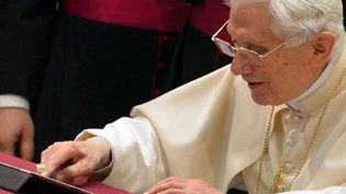 Le pape Benoît XVIenvoieson premier message twitter le 12 décembre 2012 au Vatican (AFP PHOTO / VINCENZO PINTO)