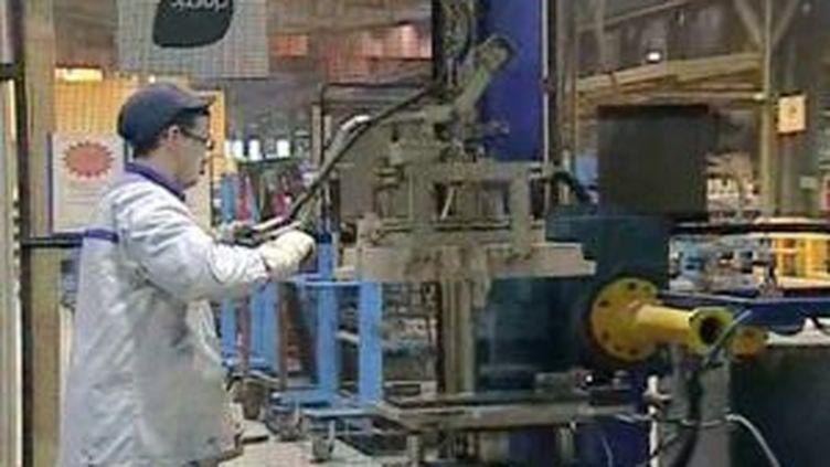 Un employé dans une usine d'équipementierie automobile (© F3 NPDCP)